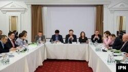 """La """"masa rotundă"""" de la Fundația Soros Moldova"""