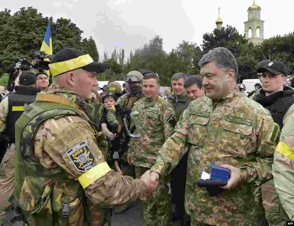 Президент Петро Порошенко нагороджує українських військових у Слов'янську, 8 липня 2014 року