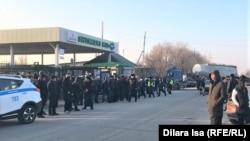 Бастующие у ворот автопарка Shymkent bus. 3 февраля 2021 года.