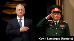 Министр обороны США Джим Мэттис и министр обороны Вьетнама Нго Зуан Лих во время встречи в Пентагоне 8 августа 2017 г.