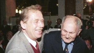 Вацлав Гавел с чешским писателем Богумилом Грабалом