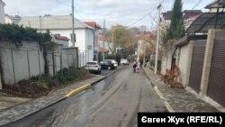 На улице Керченской в Севастополе после ремонта дороги и тротуаров исчезли старинные люки