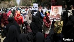 Сторонники Мохаммеда Мурси у здания суда в Каире. 2018 год