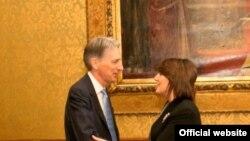 Pamje nga takimi në Londër ndërmjet sekretarit Hammond dhe presidentes Jahjaga