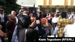 Ипотечники протестуют перед зданием Национального банка. Алматы, 9 октября 2015 года.