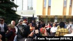 Акция протеста у Национального банка Казахстана. 9 октября 2015 года.