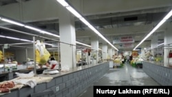 Мясные ряды на рынке «Турксиб» в Алматы. 2 августа 2019 года.