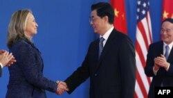 Birleşen Ştatlaryň Döwlet sekretary Hillary Klinton Hytaýyň prezidenti Hu Jintao bilen duşuşýar, Pekin, 3-nji maý.