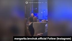 Аляксандар Лукашэнка на закрытай імпрэзе ў рэстарацыі «Лебядзіны». Кард зь відэа @margarita.levchuk.official via Instagram