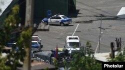 Ոստիկանական մեքենաներ ՊՊԾ գնդի գրավված տարածքում, 22-ը հուլիսի, 2016թ․