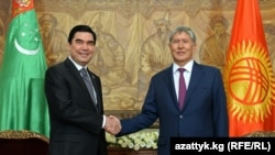 Президент Туркменистана Гурбангулы Бердымухаммедов (слева) и президент Кыргызстана Алмазбек Атамбаев в Бишкеке, 5 августа 2015 года.