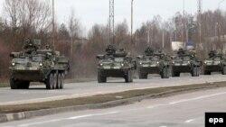 Колона військ США в'їжджає в Польщу з Литви, щоб вирушити до Чехії і далі до Німеччини, фото 23 березня 2015 року