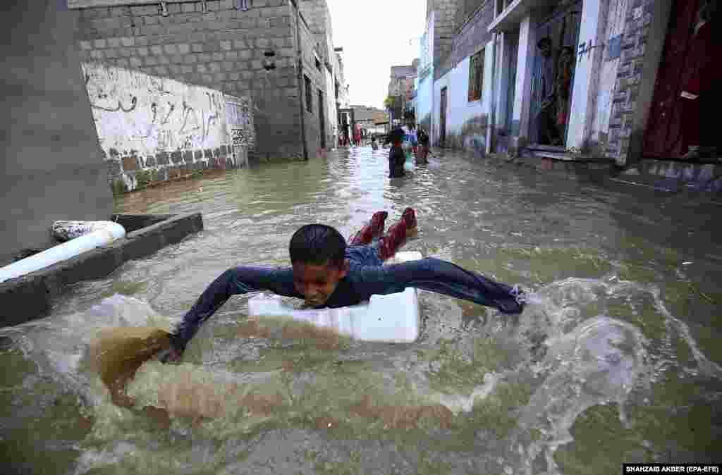 Наводнение после проливных дождей в Карачи, Пакистан, 26 июля 2020 года