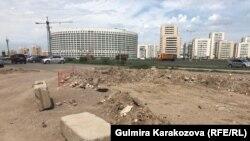 Перекопанный участок подъезда к ЖК «Кулагер» с улицы Е-10 в районе Жагалау. Астана, 10 июля 2018 года.