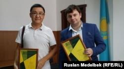 Журналисты Азаттыка Касым Аманжол (слева) и Вячеслав Половинко. Алматы, 28 июня 2016 года.