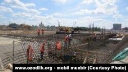 Узбекские мигранты на строительстве спортивного объекта «Стадион Нижний Новгород».