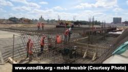 Узбекские мигранты, работающие на строительной площадке в Нижнем Новгороде, архивное фото.