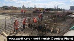 Трудовые мигранты из Узбекистана на строительной площадке в Нижнем Новгороде (Россия).