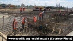 Узбекские мигранты, работающие на строительном объекте в Нижнем Новгороде.