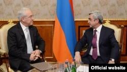 Встреча председателя Совета директоров ЕООП, профессора Спиридона Флогаитиса (слева) с президентом Армении Сержем Саргсяном, Ереван, 17 декабря 2014 г.