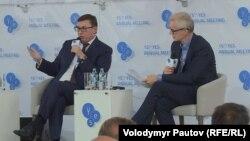 Генеральний прокурор України Юрій Луценко та британський журналіст Стівен Сакур під час панелі на саміті YES 15 вересня