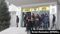 Сторонники кандидата Мелиса Мырзакматова у здания мэрии Оша. 7 декабря 2013 года.