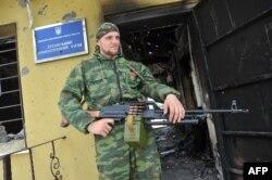 Украина шекара қызметінің штабына басып кірген ресейшіл сепаратист. Луганск, 4 маусым 2014 жыл.