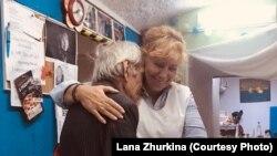 Директор организации «Дом друзей» Лана Журкина со своим подопечным Омари.