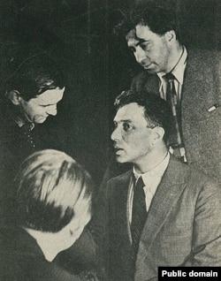 Справа - Борис Пастернак и Илья Эренбург, Париж, 1935