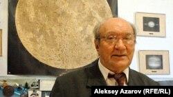 Доктор физико-математических наук, профессор Виктор Тейфель в своем рабочем кабинете. Алматы, 16 апреля 2015 года.