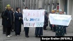 Қырғызстан президенттігіне кандидат Өмірбек Бабановтың сөйлеген сөзіне байланысты өткен наразылық акциясына қатысушылар. Ош, 30 қыркүйек 2017 жыл.