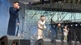 Момент открытия фестиваля. На сцене представители разных музыкальных коллективов – казахи, тувинец, грузины, азербайджанец. Алматы, 25 мая 2019 года.