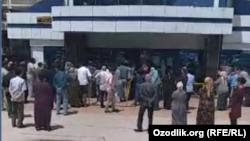 Xalq banki Olmazor tumani filiali binosi oldida pensionerlar navbatda turibdi, 19 may, 2020