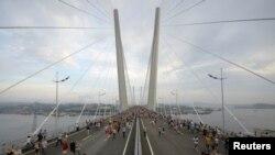 Мост через бухту Золотой Рог во Владивостоке, ведущий к месту проведения саммита АТЭС