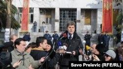 Srđa Keković se obraća okupljenima ispred Skupštine, 28. januar 2013.