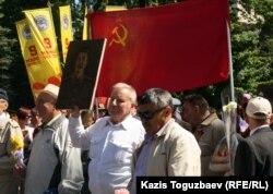 Екінші дүниежүзілік соғыс құрбандарын еске алу шарасына кейбір азаматтар Сталиннің портретін ұстап келді. Алматы, 9 мамыр 2012 жыл.