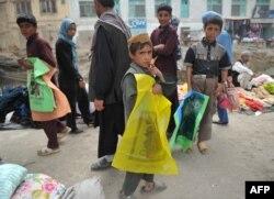 Кабулдун базарында желим баштык саткан бала, 10-ноябрь, 2011
