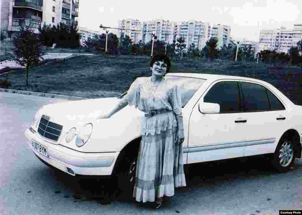 Әнші сүйікті көлігімен. - Мәдина Ералиева әнші қыздардан алғашқы болып көлік жүргізген еді, 1998 жыл.