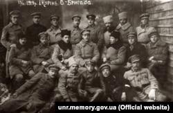 Старшини 1-го куреня 6-ї бригади Української Галицької Армії. У першому ряду сидить третій ліворуч Соломон Ляйнберг – колишній командир Жидівського пробоєвого куреня. 17 листопада 1919 року