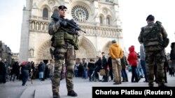 Патруль в центре Парижа. 30 декабря 2015 года.