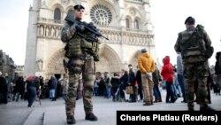 Военные патрулируют территорию вокруг собора Парижской Богоматери – в рамках мер безопасности после терактов 13 ноября