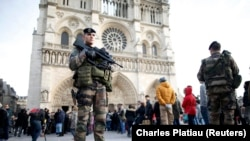 Francuski specijalci pred katedralom Notre Dame Cu Parizu