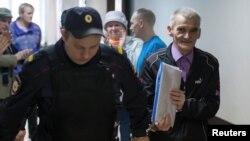 Юрий Дмитриевті (оң жақта) сот залына әкеле жатыр. Петрозаводск, Ресей, 5 маусым 2017 жыл.