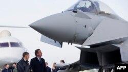 David Cameron Typhoon döyüş təyyarəsini nəzərdən keçirir