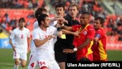 Во время товарищеского матча произошла драка между представителем сборной КР Кум Мака и таджикистанцем Далером Тухтахуновым. 15 октября 2013 года