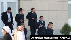 Шетпе сотына қатысқан прокурорлар. Ақтау, 19 сәуір 2012 жыл.