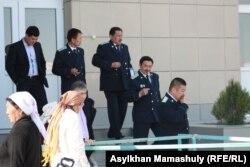 Прокуроры выходят из здания, где проходит суд по событиям в Шетпе. Актау, 19 апреля 2012 года.