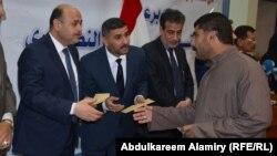 أحد المتضررين من سياسات النظام السابق يتسلّم تعويضاً في حفل بمحافظة البصرة