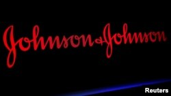 Logo kompanije Džonson end Džonson izložen na jednom od spratova njujorške berze.