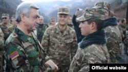 Prezident Serzh Sarkisian (solda)